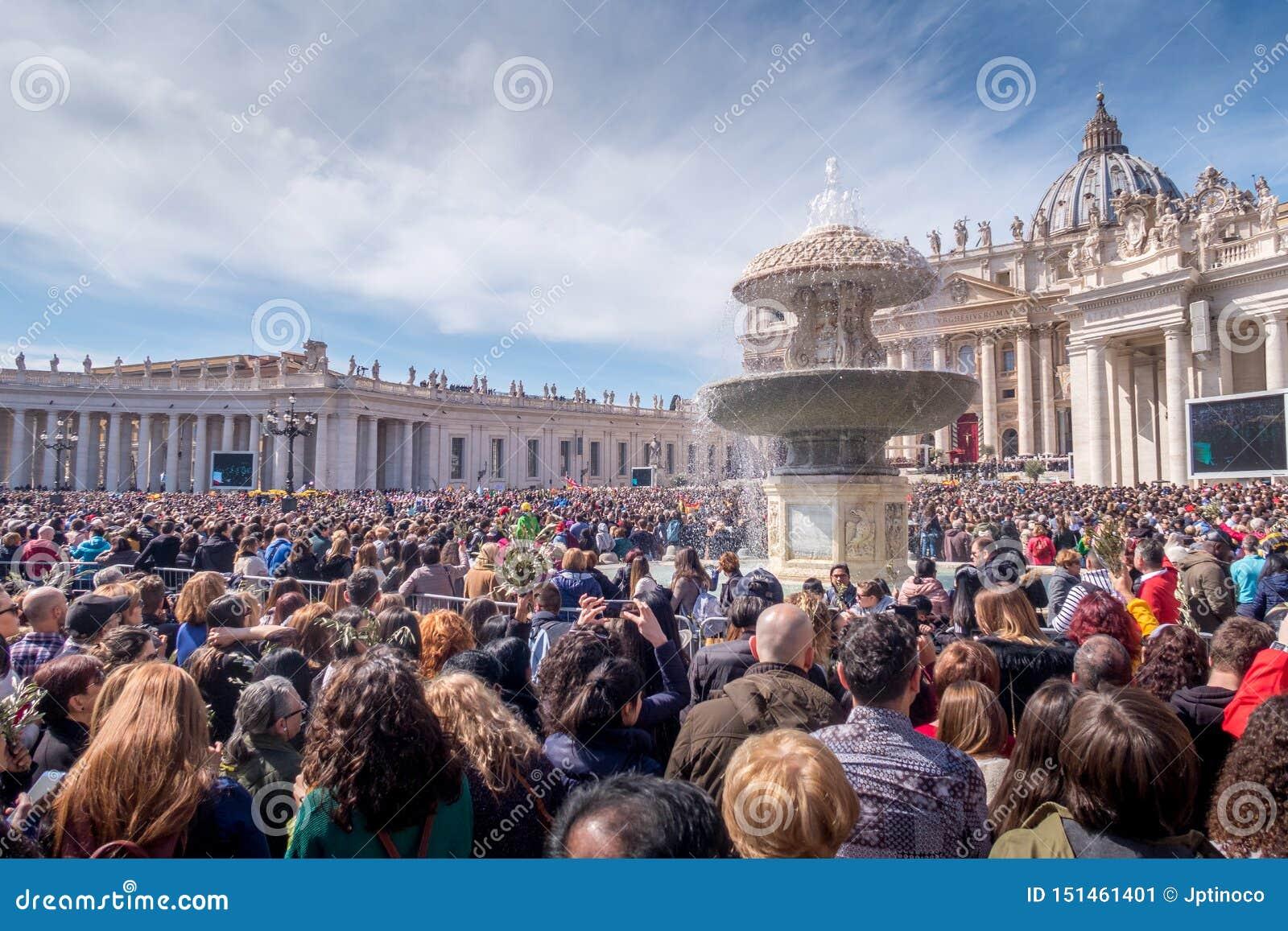 Migliaia di gente durante la massa al Vaticano