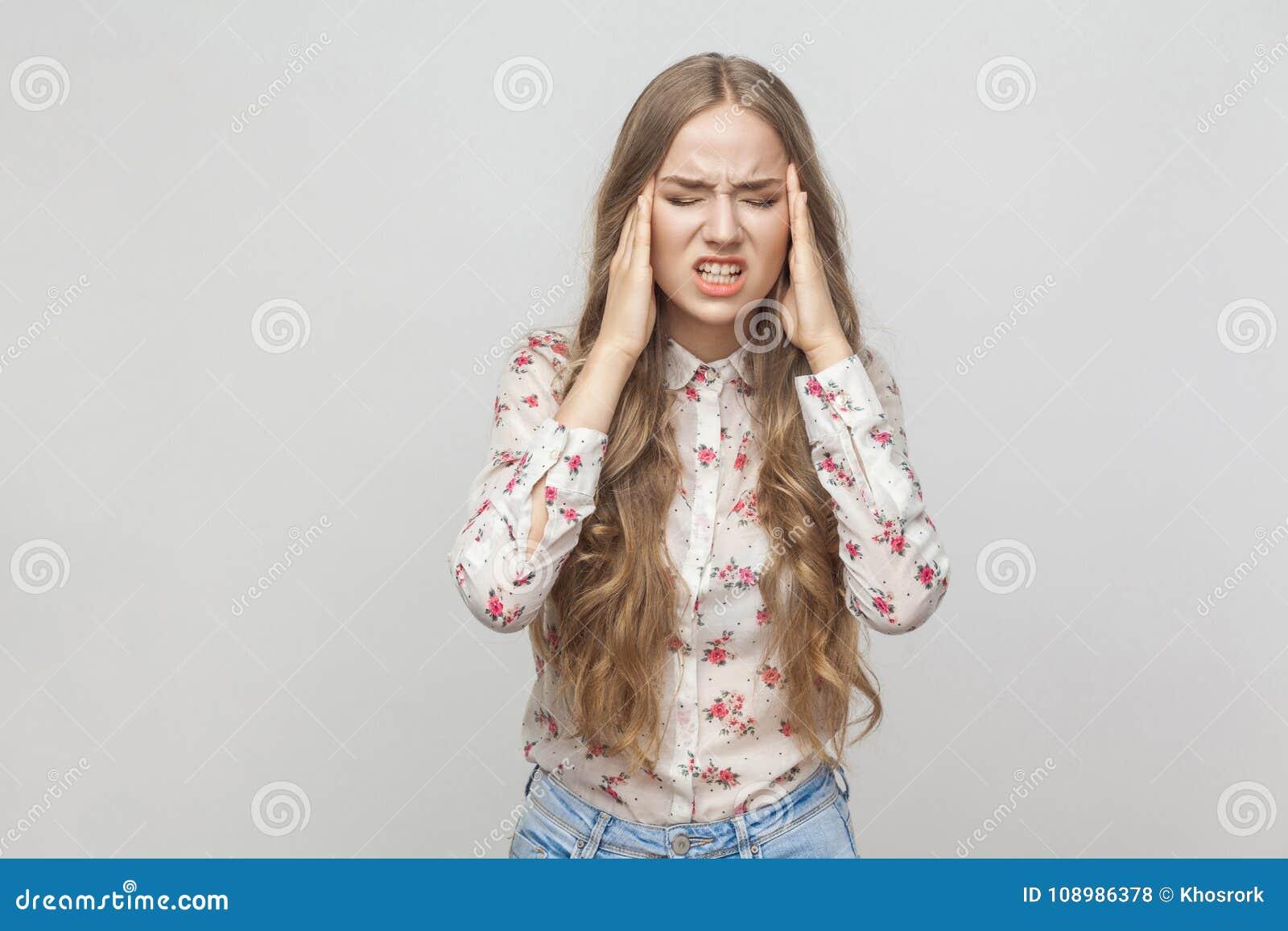 Migraine Ongelukkig blondemeisje wat betreft haar hoofd