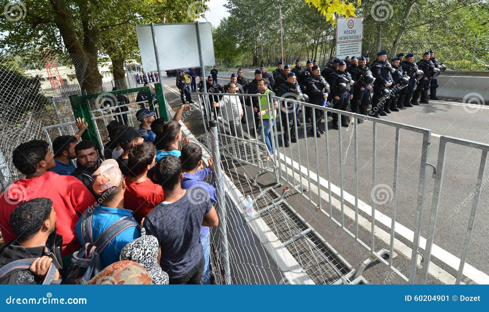 Migrants de Moyen-Orient attendant à la frontière hongroise
