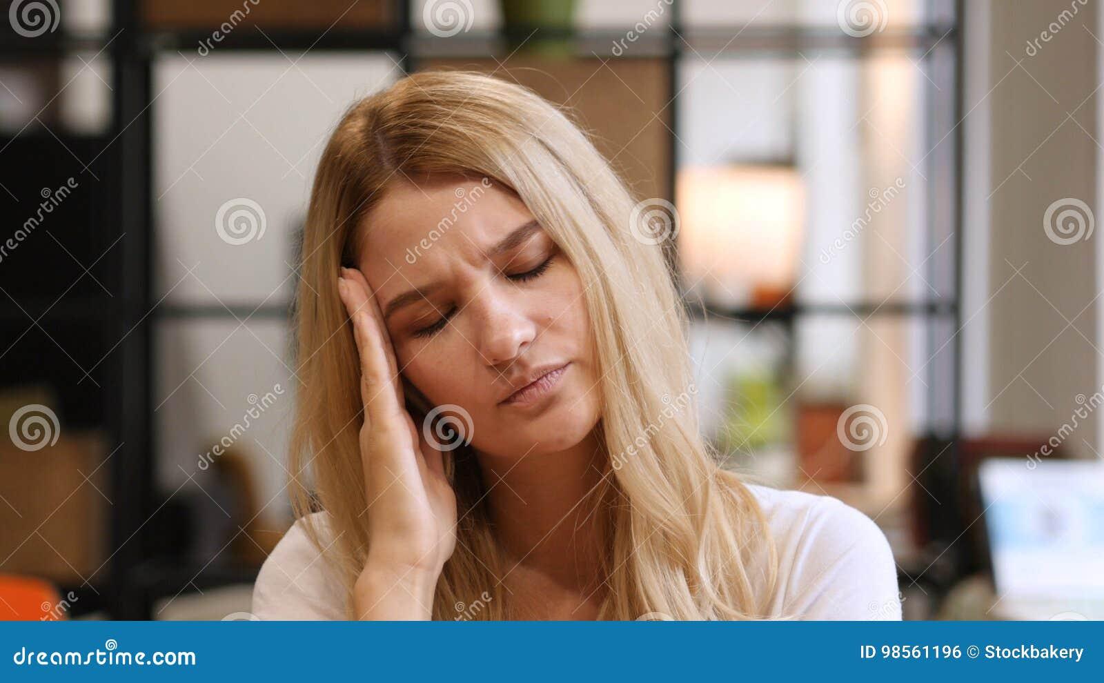 Migrena, frustracja przy pracą, dom, dziewczyna