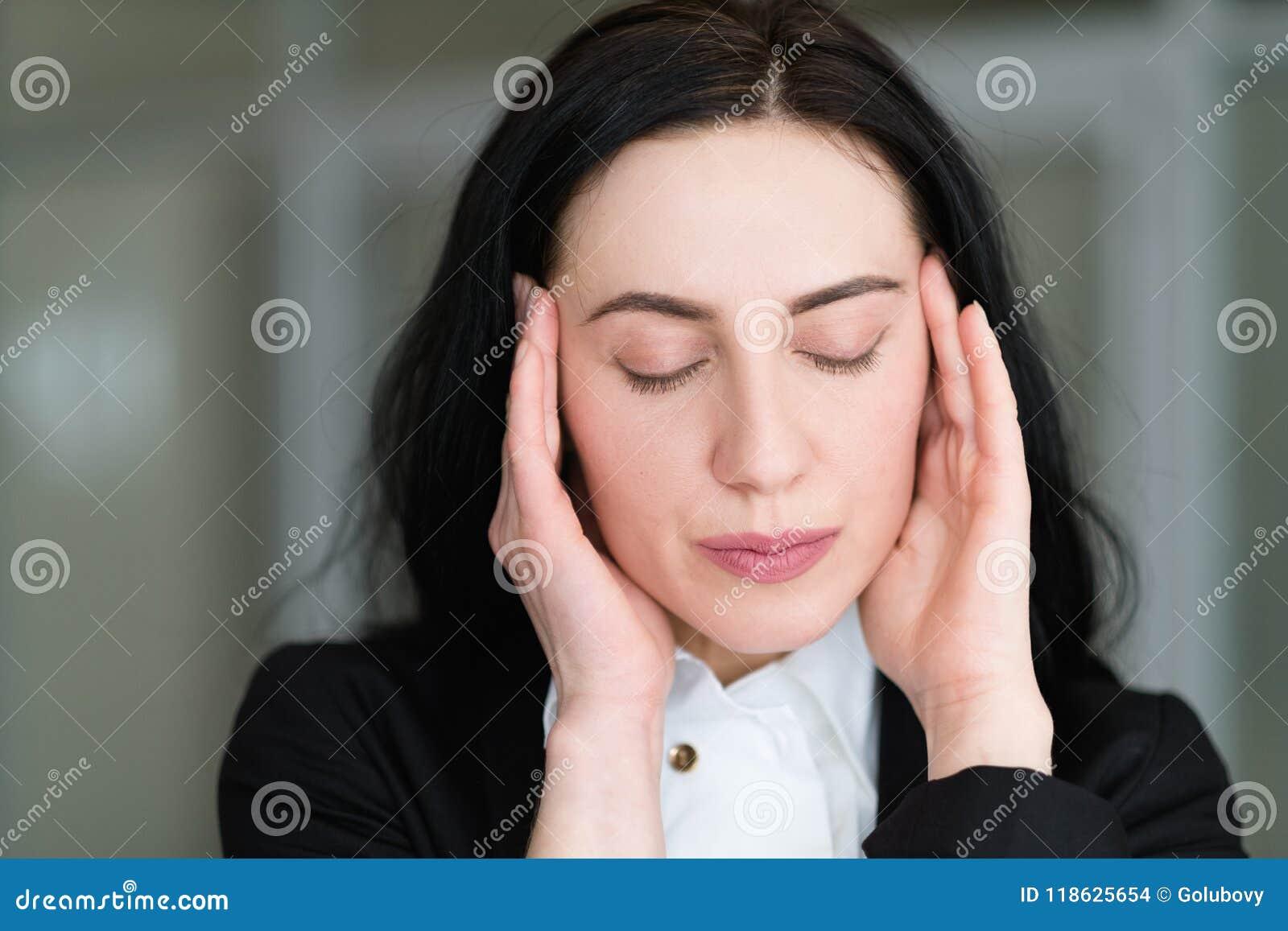 Migrena stresu nużenia kobiety masowania świątynie