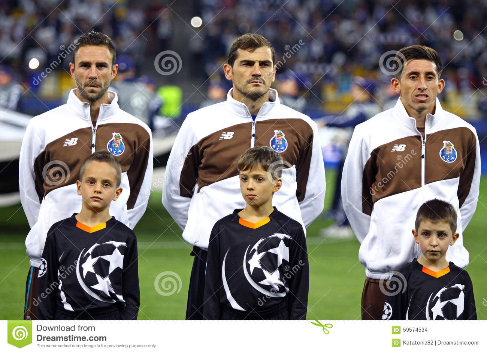 ¿Cuánto mide Héctor Herrera? - Altura Miguel-layun-iker-casillas-hector-herrera-fc-porto-kyiv-ukraine-september-players-listen-official-anthem-uefa-59574534