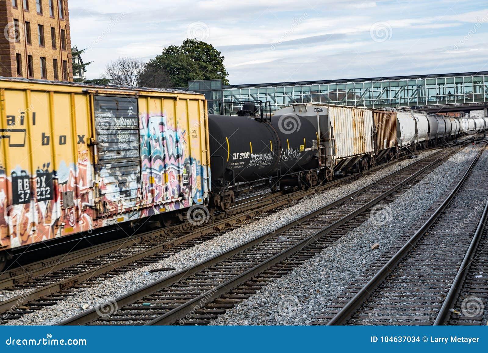 Download Mijl Lange Railcars redactionele stock afbeelding. Afbeelding bestaande uit krachtig - 104637034
