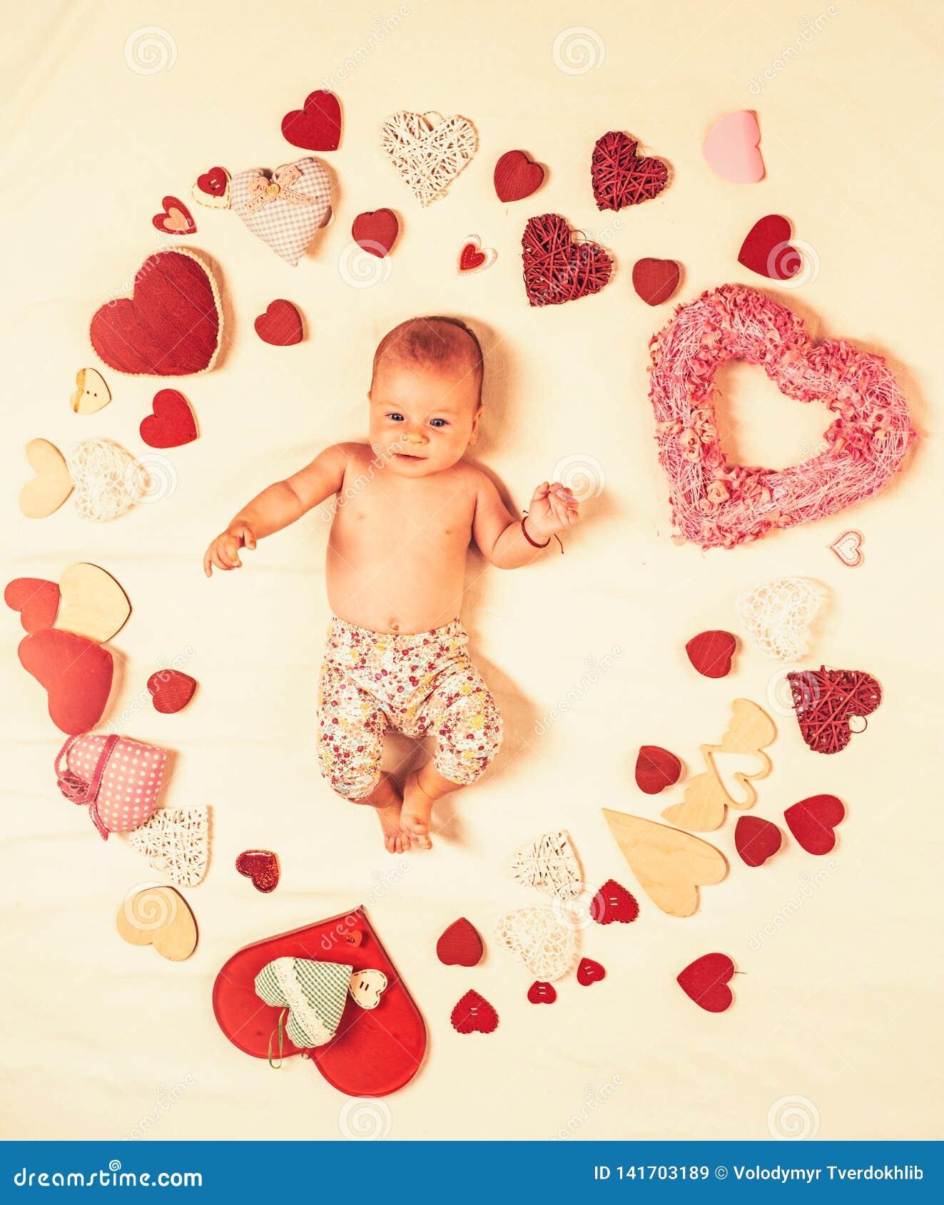 Mijn baby Familie Kinderverzorging Klein meisje onder rode harten Liefde Portret van gelukkig weinig kind Kinderjarengeluk