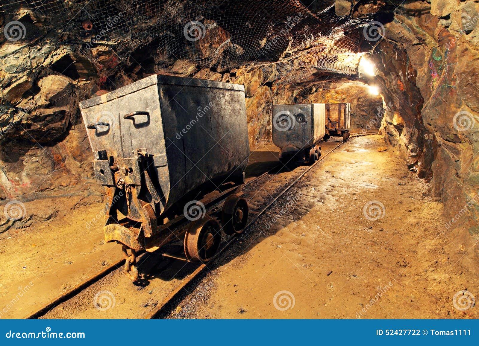 Mijnbouwkar in zilveren, gouden, kopermijn