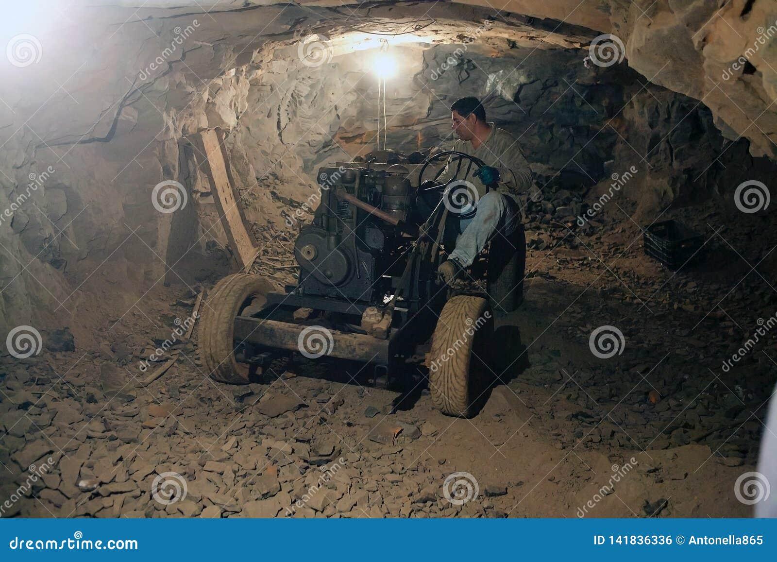 Mijnwerker bij de Wanda-mijnen in de Misiones-Provincie, Argentinië