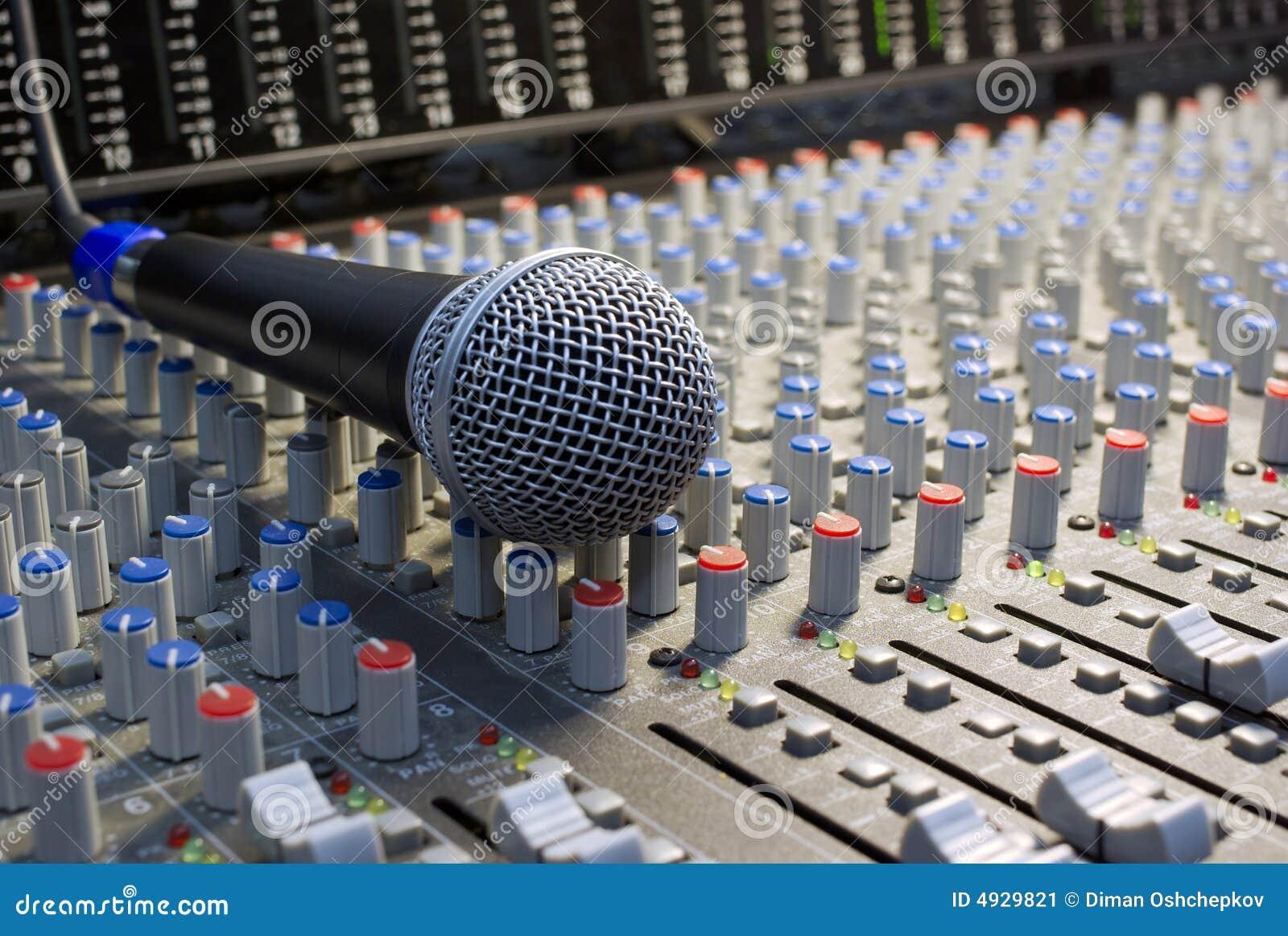 Mikrofon auf dem mischenden Schreibtisch