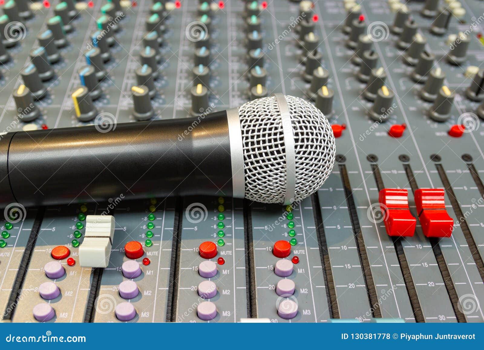 Mikrofon auf mischender Konsole eines großen Hifisystems