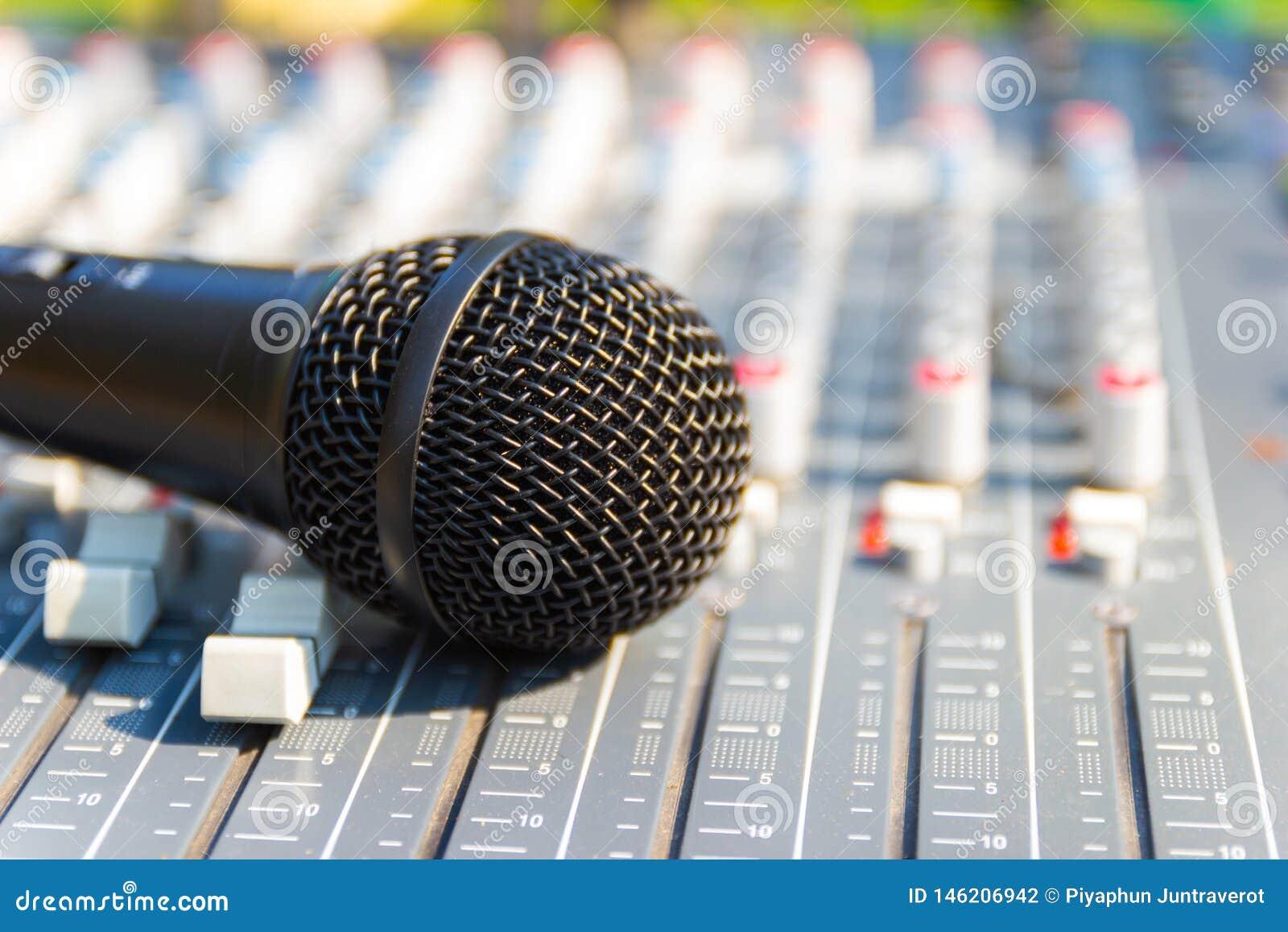 Mikrofon auf mischender Konsole eines gro?en Hifisystems