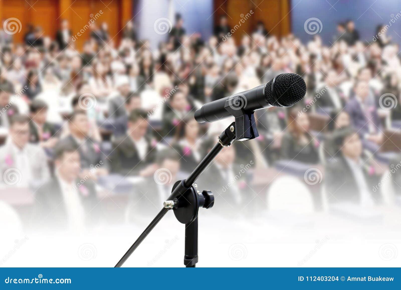Mikrofon på bakgrund för konferens för korridor för suddig för seminariummötesrum för många personer affär stor