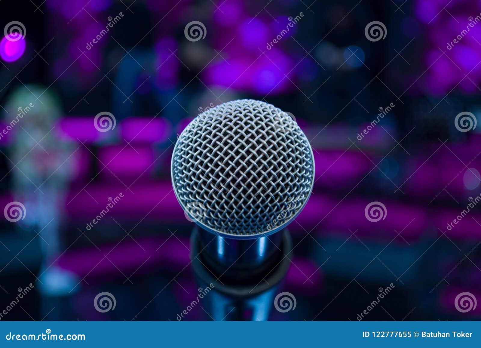 Mikrofon przeciw plamy kolorowemu lekkiemu tłu