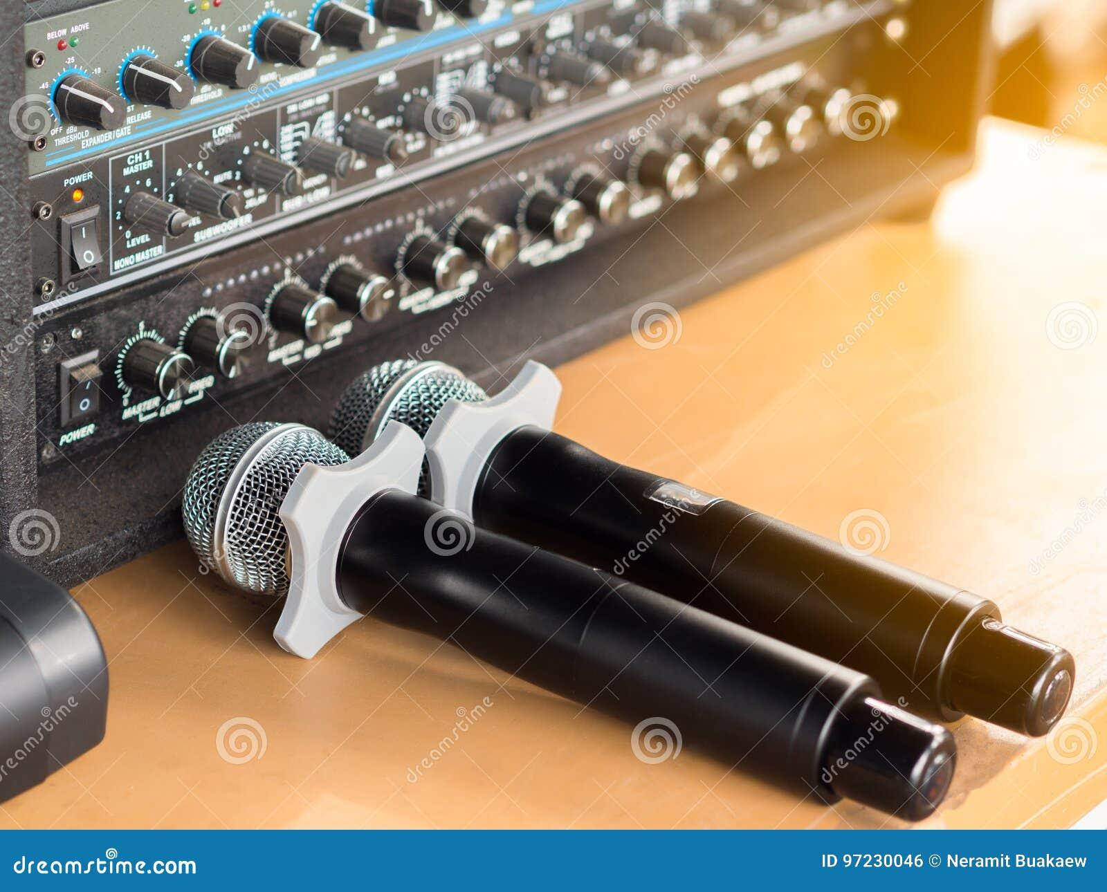 Mikrofon Und Tonanlage Auf Dem Tisch Stockfoto - Bild von ausrüstung ...