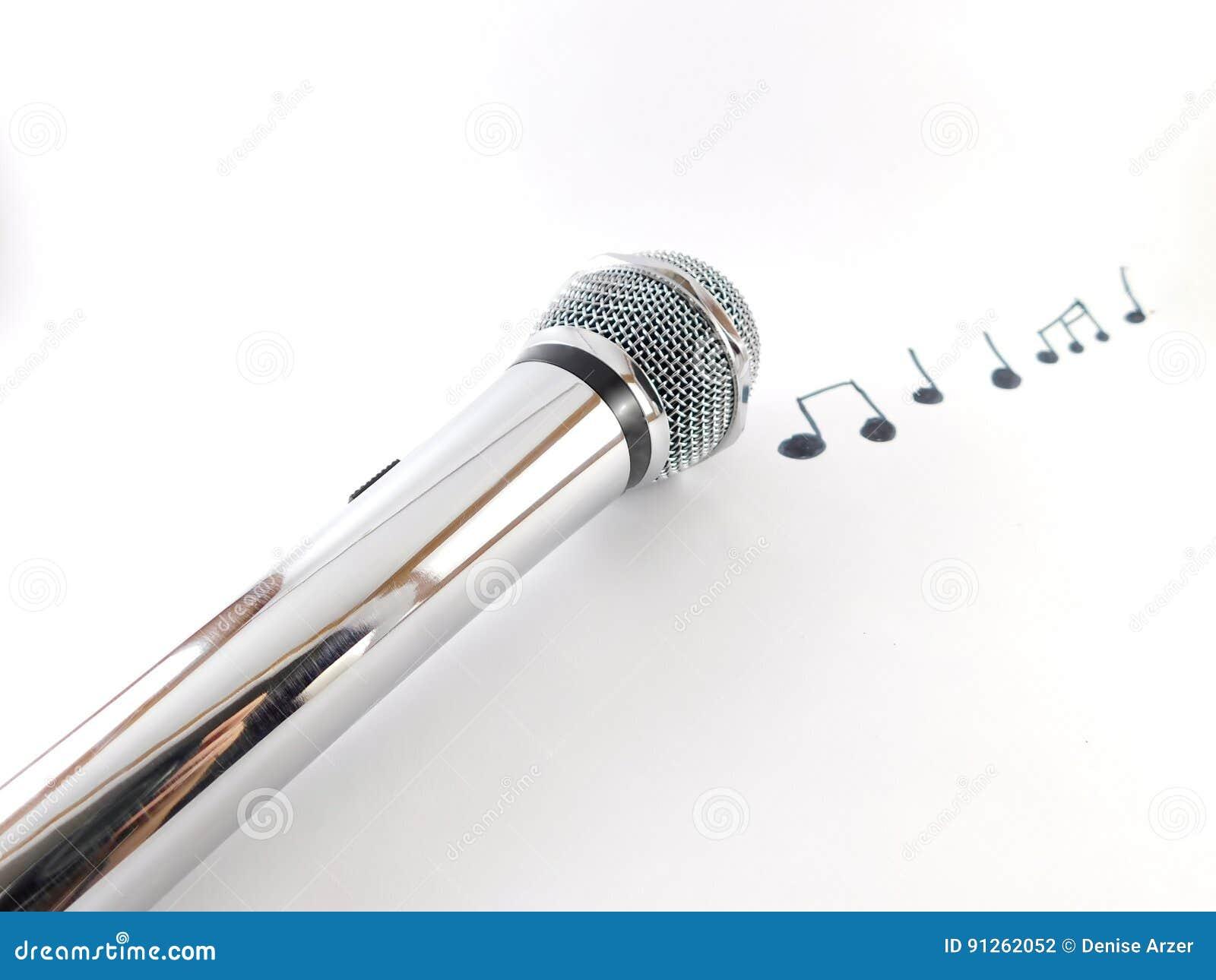 Mikrofon z muzykalnymi notatkami