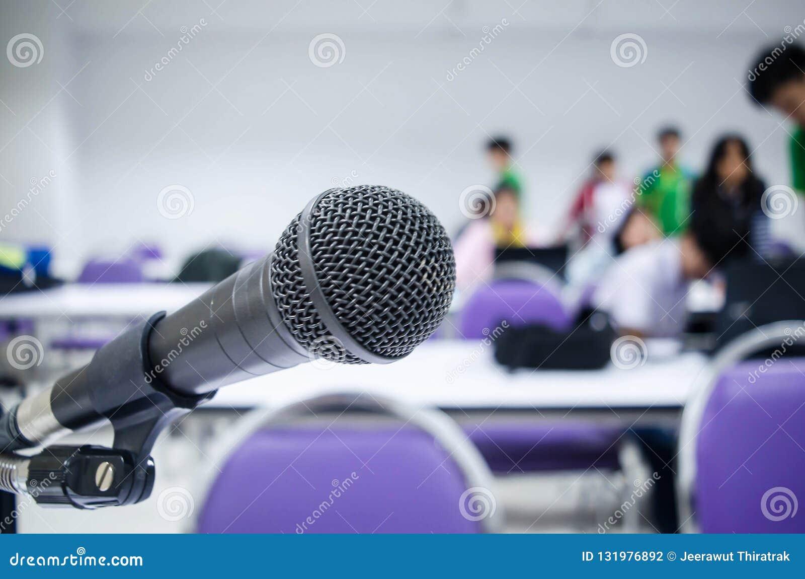 Mikrofonnärbilden bakgrunden ska vara folket
