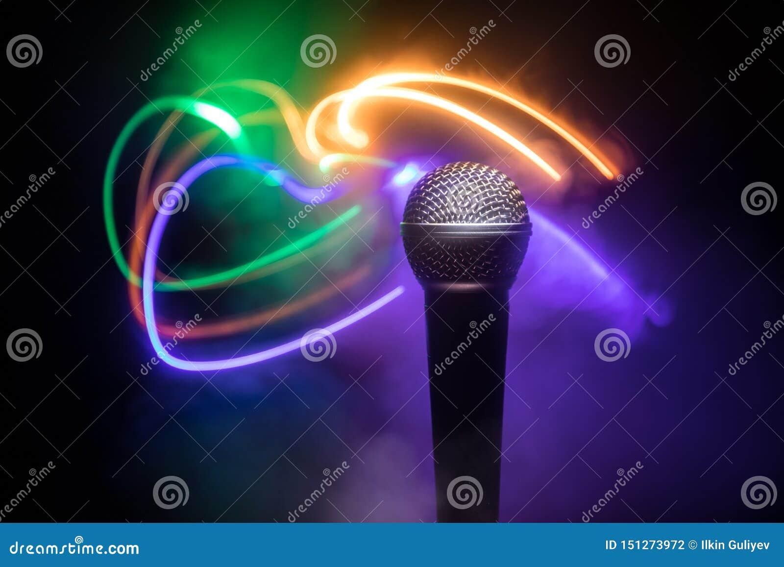 Mikrofonu karaoke, koncert Wokalnie audio mic w niskim ?wietle z zamazanym t?em Muzyka na ?ywo, audio wyposa?enie Karaoke koncert