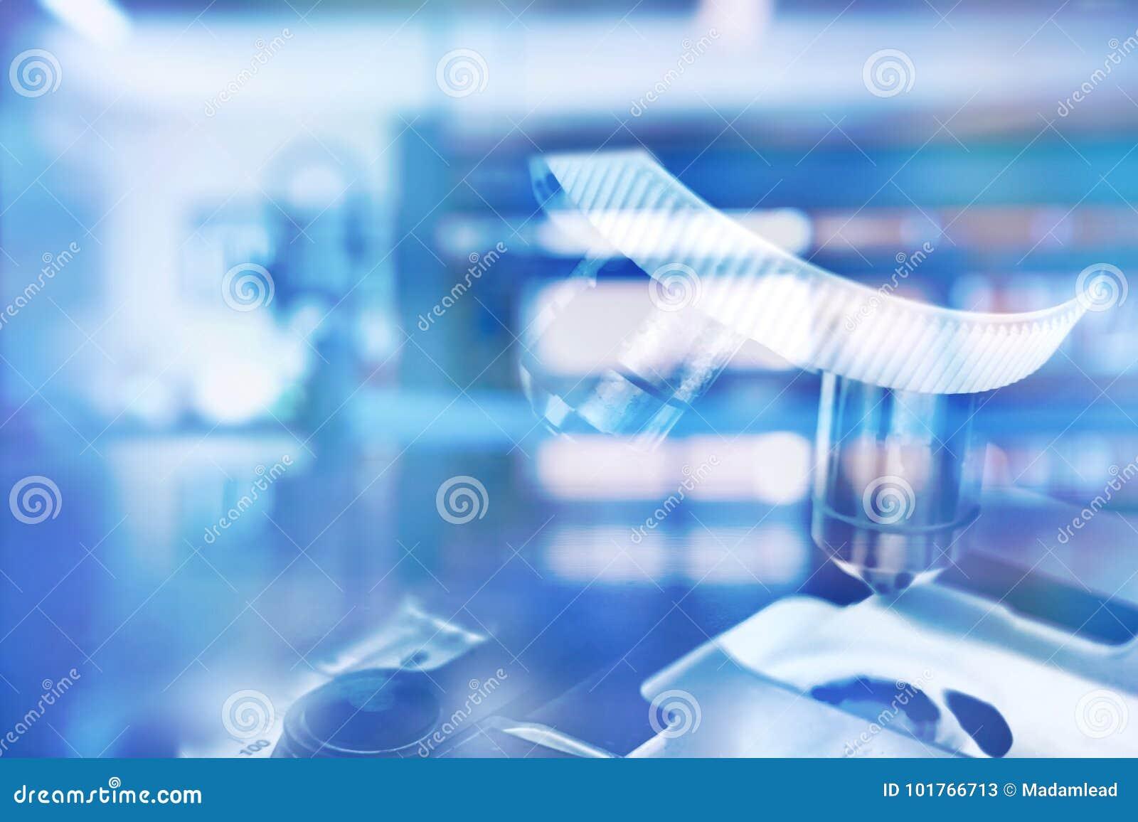 Mikroskop i för teknologilaboratorium för blå vetenskap medicinsk backgro
