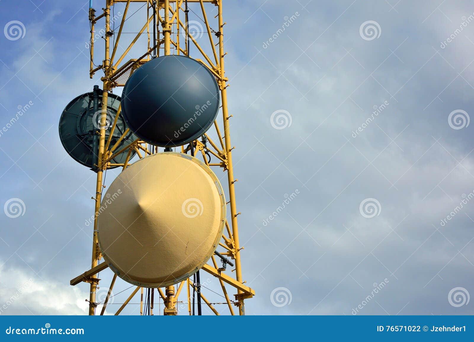 Mikrowellen-Radioturm-Teller auf Sunny Clear Day