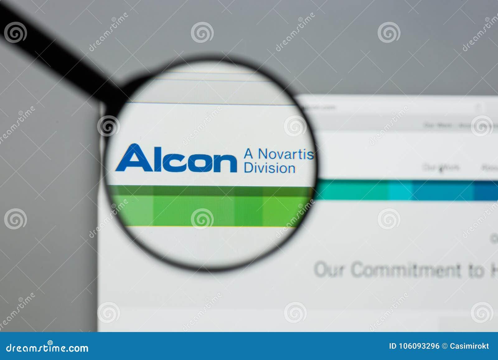 Milán, Italia - 10 de agosto de 2017: Homepage del sitio web de Alcon Es