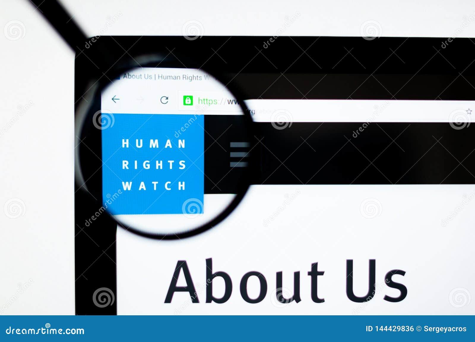 Milán, Italia - 20 de agosto de 2018: Homepage de la página web de Human Rights Watch Logotipo de Human Rights Watch visible