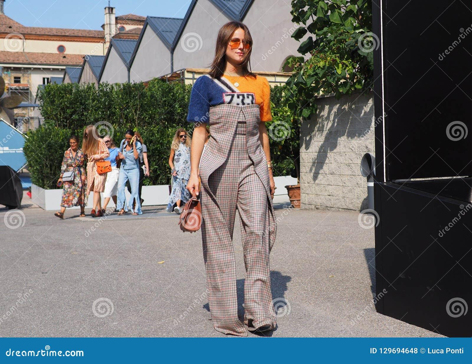 super popular c68c2 1c796 MILÁN, Italia 22 DE SEPTIEMBRE: Blogger De La Moda En Equipo ...