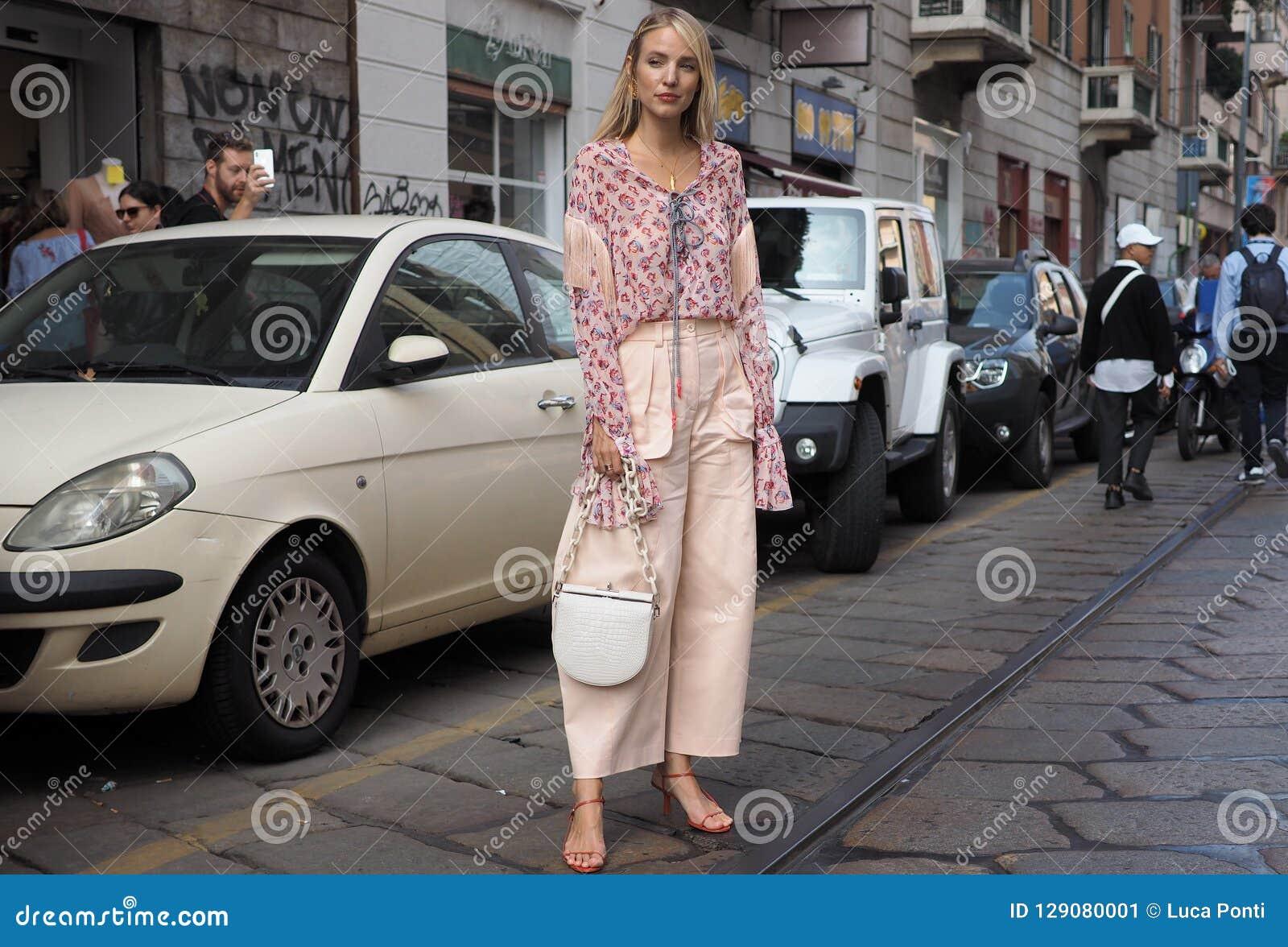MILÁN, Italia: 19 de septiembre de 2018: Equipo del streetstyle de la mujer después del desfile de moda de BYBLOS