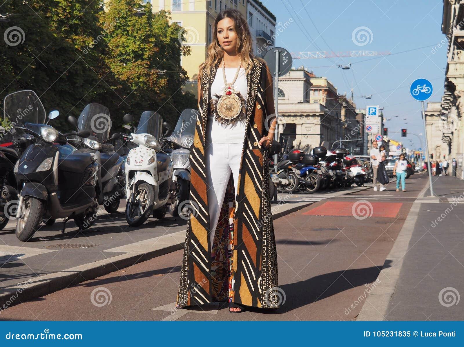 newest addb8 10cd8 MILÁN, ITALIA - 24 DE SEPTIEMBRE DE 2016: La Mujer De Moda ...