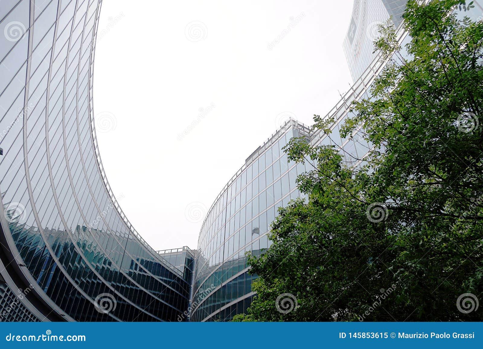 Milão 9 de junho de 2018 Pal?cio da regi?o de Lombardy A foto mostra o pátio interno com árvores e as fachadas vitrificadas