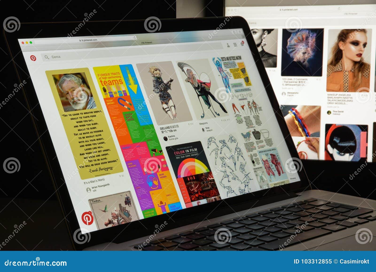 Milão, Itália - 10 de agosto de 2017: Homepage do Web site de Pinterest Logotipo de Pinterest visível