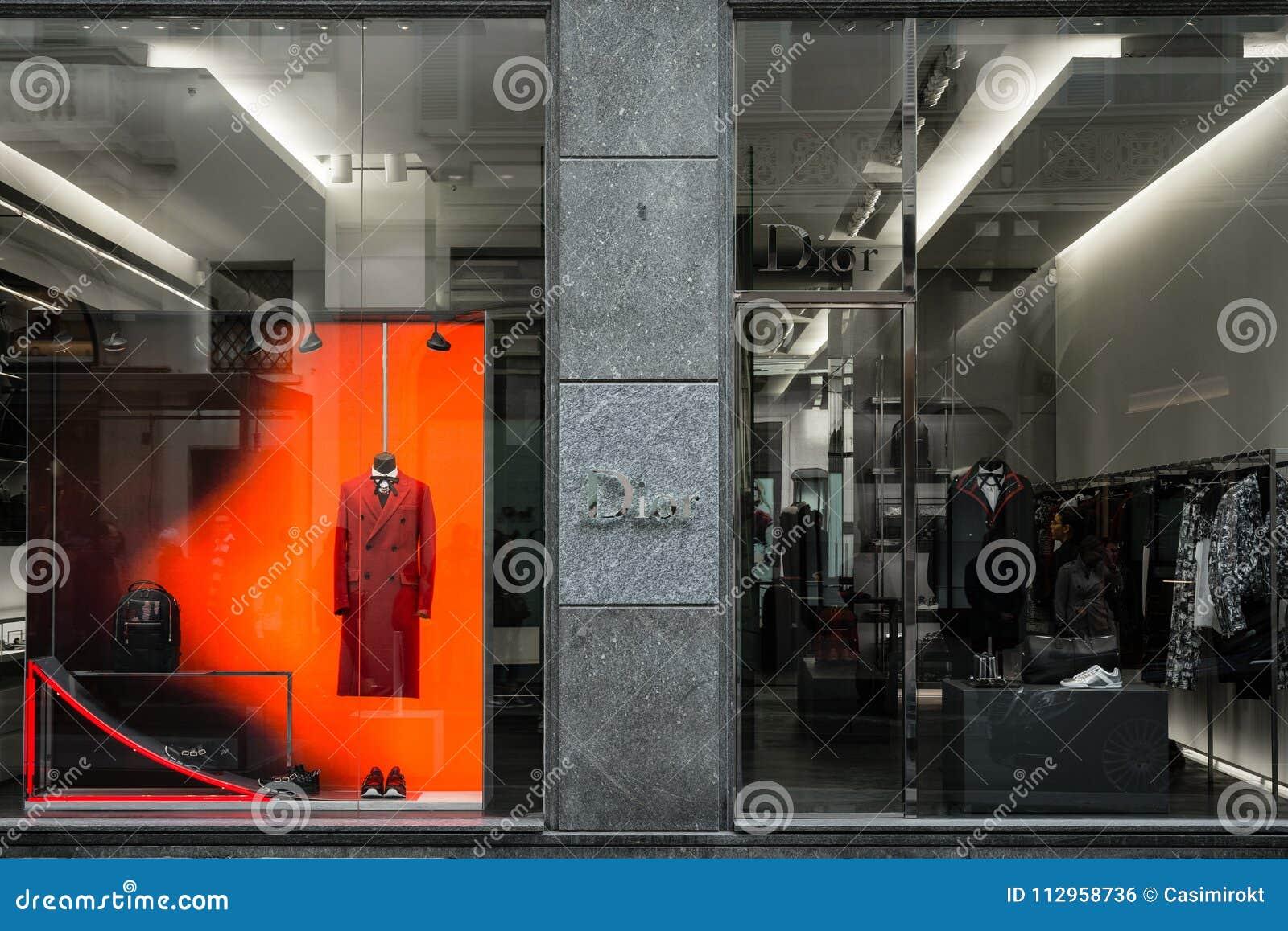 Milão, Itália - 8 de outubro de 2016: Janela da loja de uma loja de Dior no MI