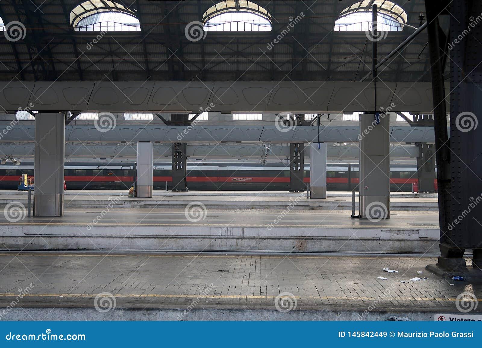 Milaan, Centrale Post 12/22/2016 De bijna lege post is een rode pijltrein