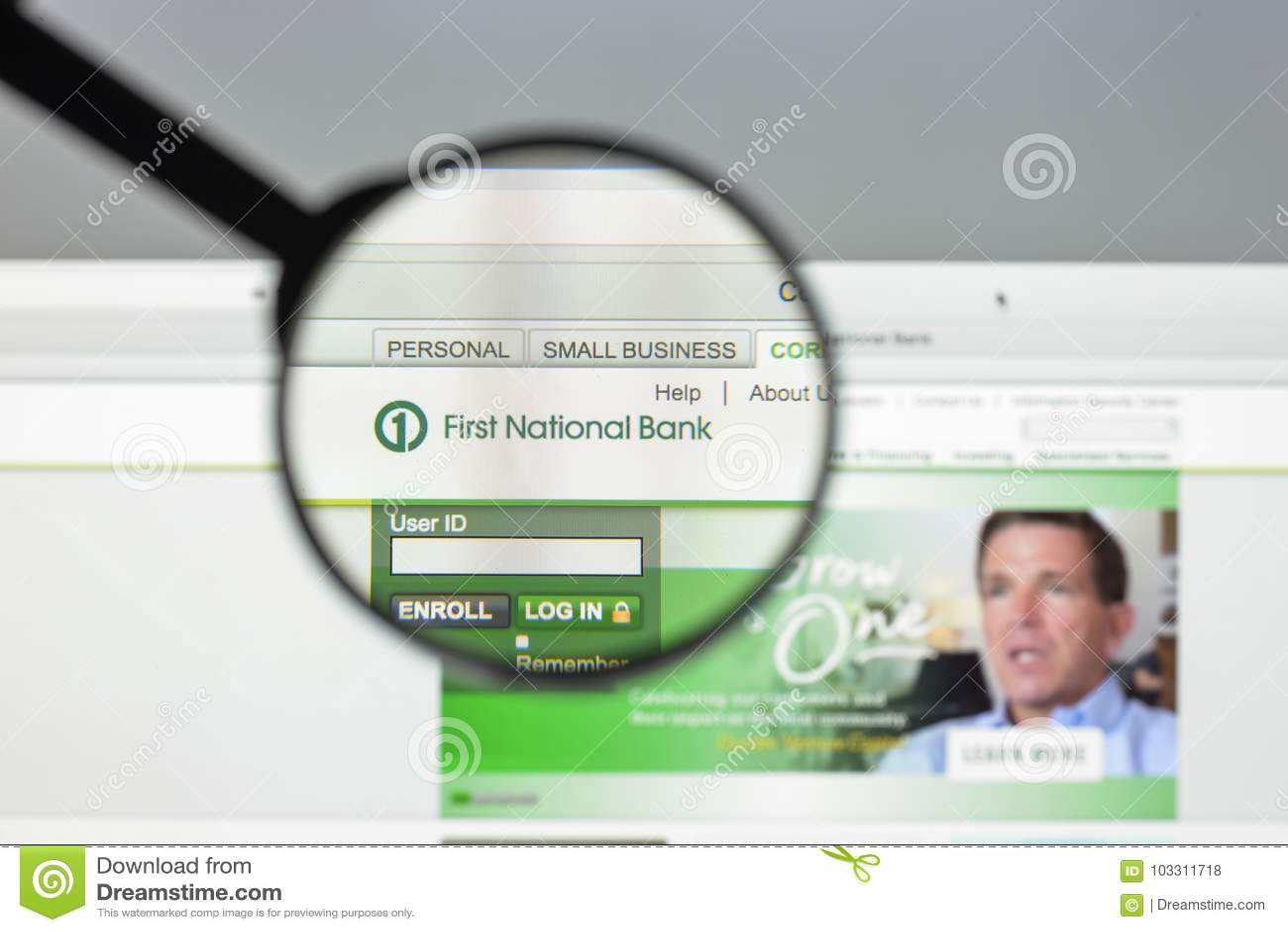 Milaan, Italië - Augustus 10, 2017: Eerste National Bank-website Het