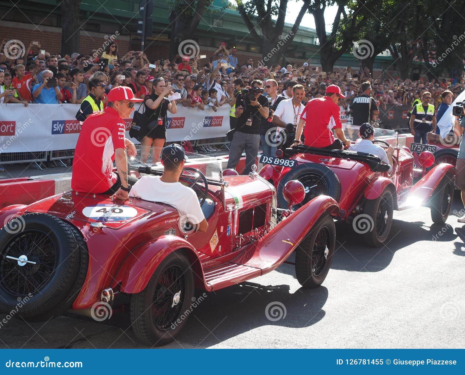 Milan Italien - Augusti 29, 2018: Vettel och Raikkonen formel 1 dag i det Milan centret