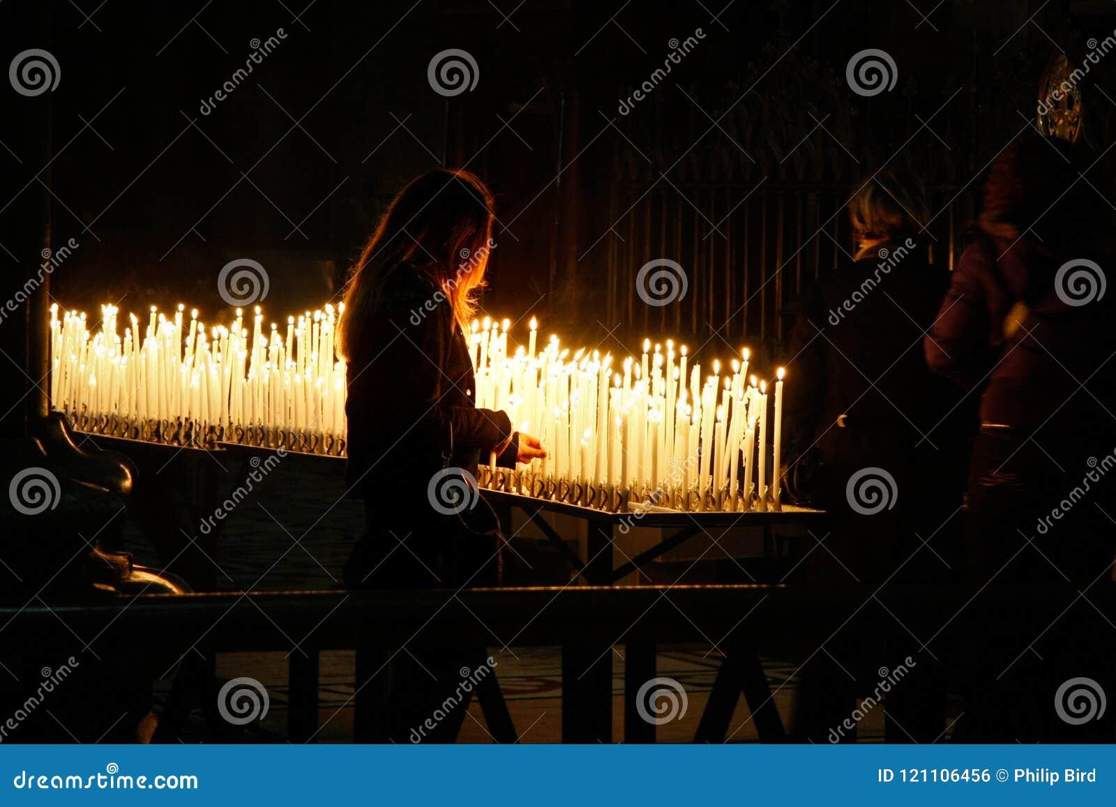 MILAN, ITALY/EUROPE - 23 FÉVRIER : Bougies brûlantes dans le Duomo