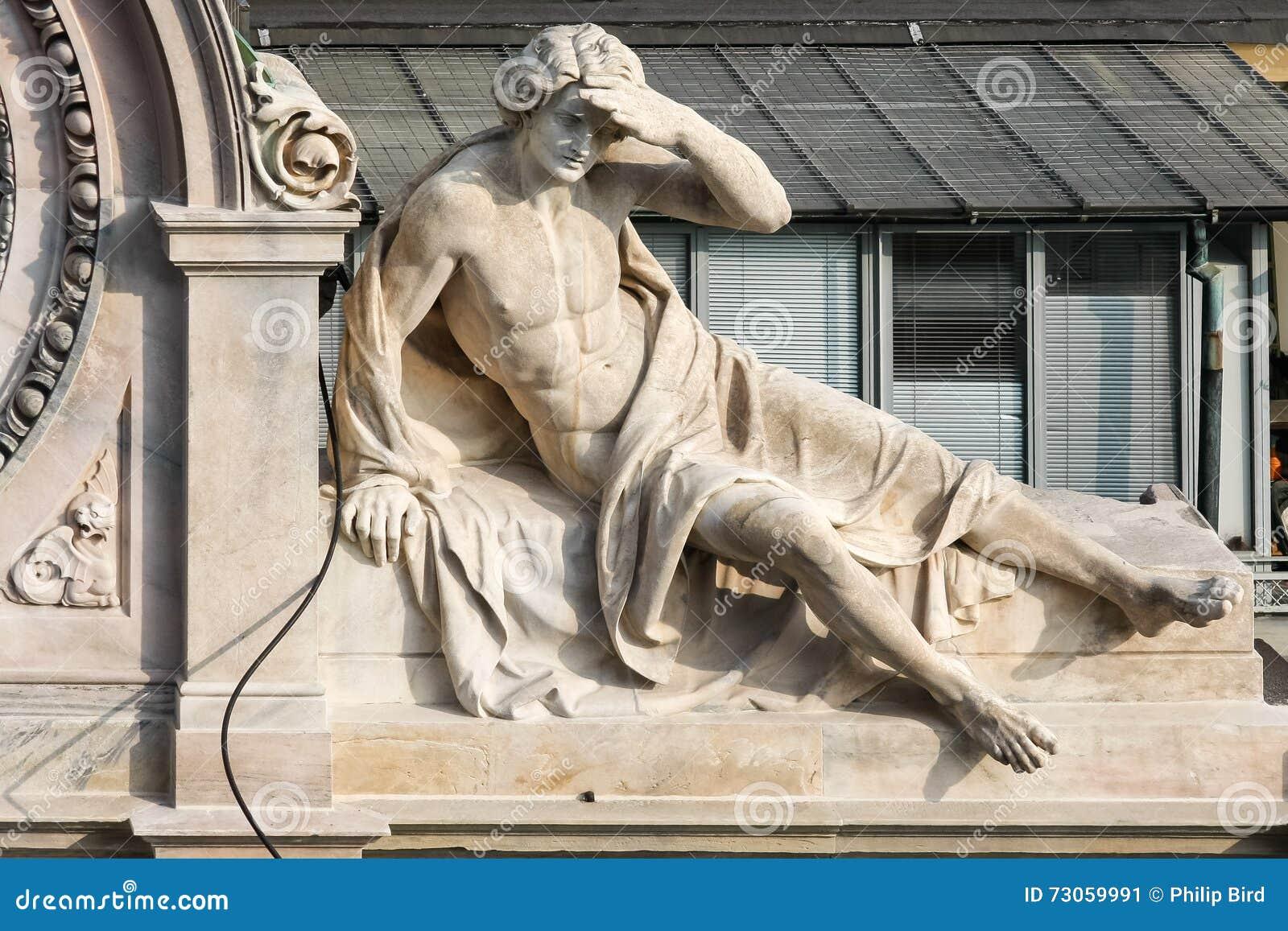 MILAN, LOMBARDY/ITALY - 23 FÉVRIER : Statue d un homme sur une construction