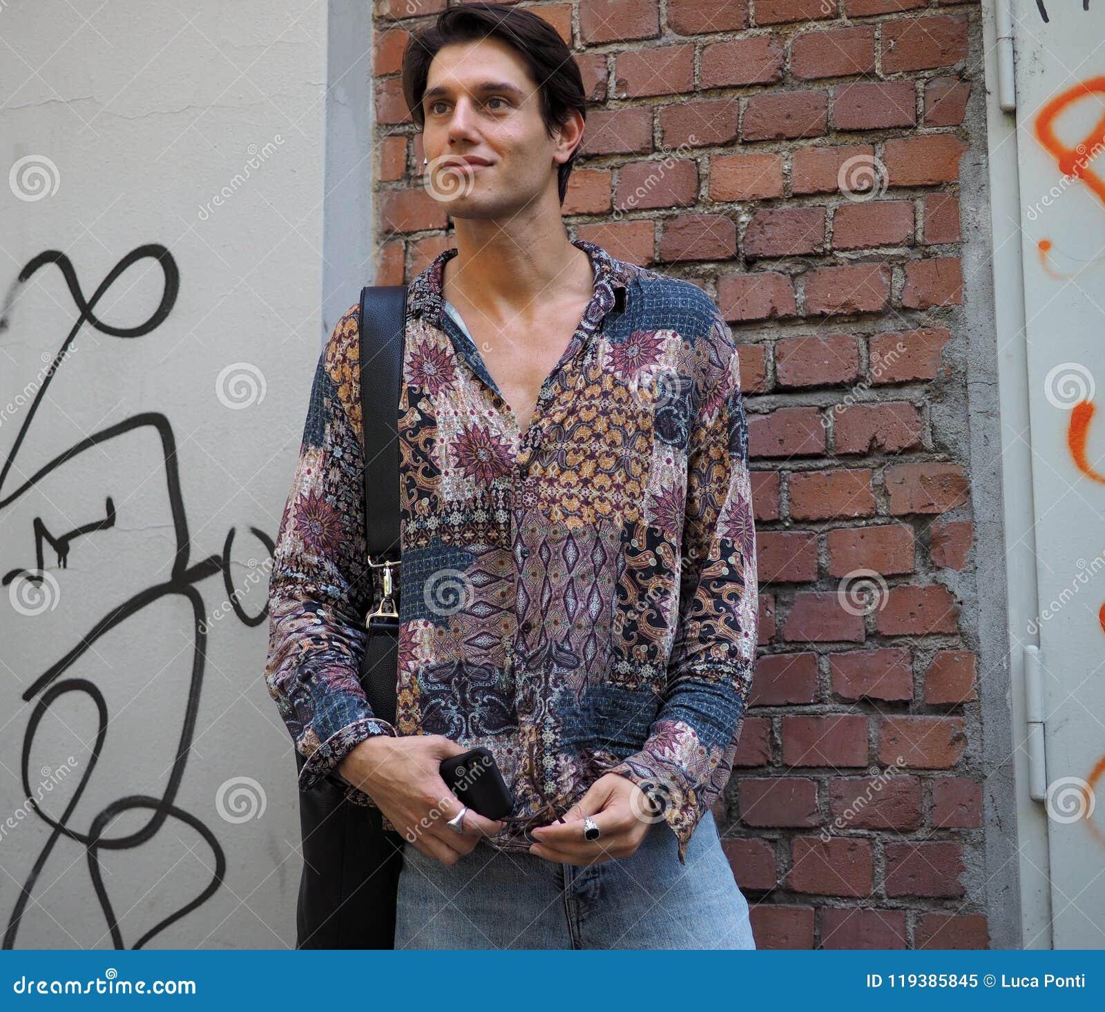 MILANO, ITALIA - 18 GIUGNO 2018: Uomo alla moda che posa nella via prima della sfilata di moda di FENDI