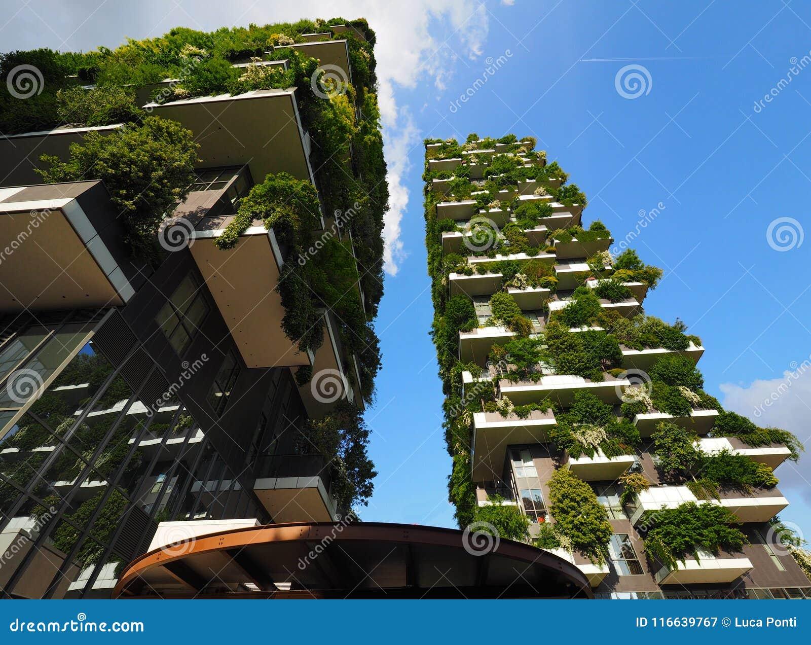 MILANO, ITALIA - 12 maggio 2018: Bosco Verticale - grattacielo verticale della foresta con gli alberi che crescono sui balconi