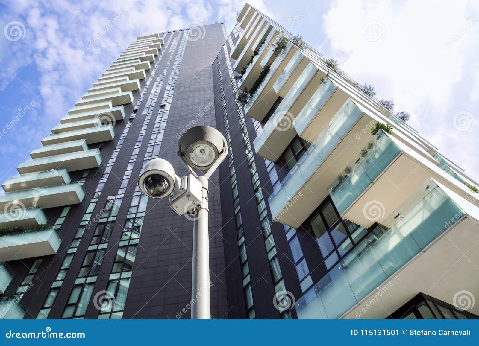 Milano Italien 22 juni 2017: SäkerhetsCCTV-kamera eller bevakningsystem i regeringsställning som bygger I moderna grannskapar det
