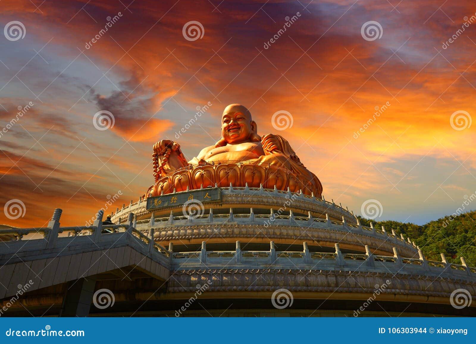MilBuddhastaty, den lokala religiongränsmärket i magisk solnedgång