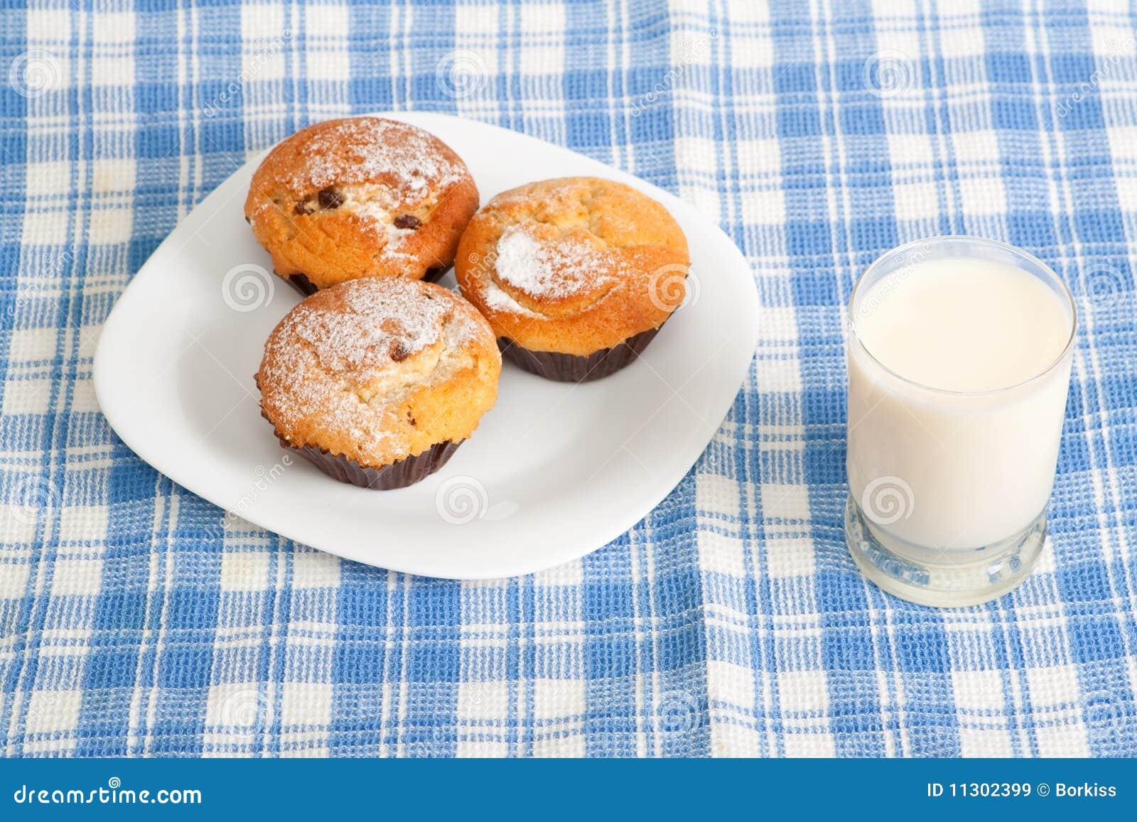 Milch und kleine Kuchen