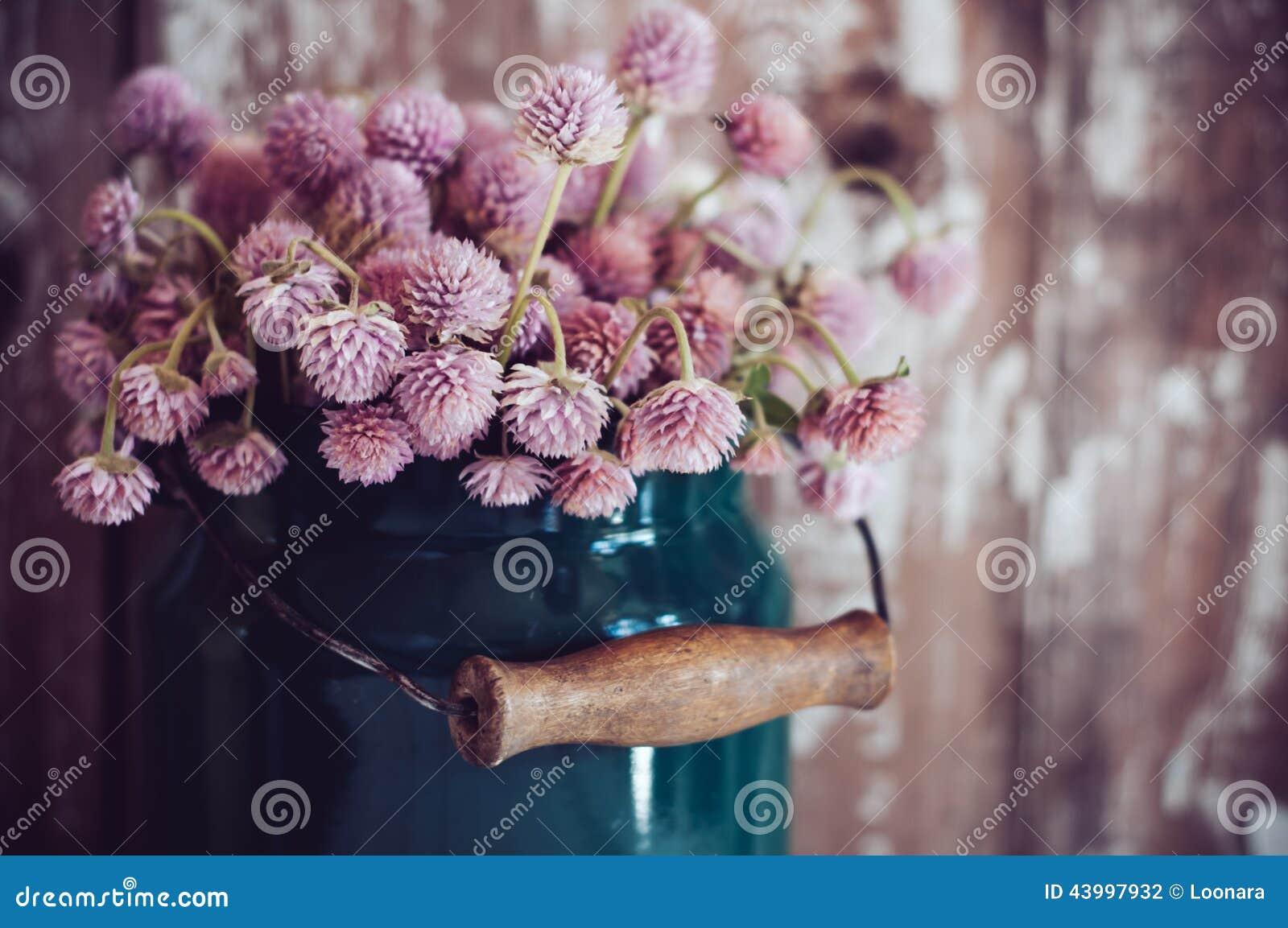 Milchdose und ein Blumenstrauß