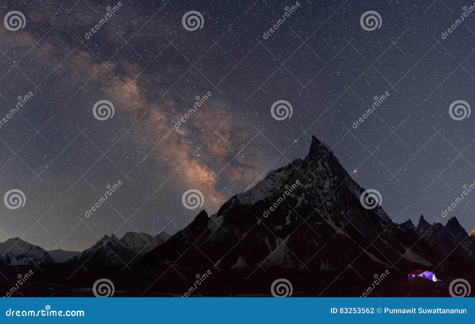 Milchig über Gehrungsfugenspitze an Concordia-Lager, K2 Wanderung, Pakistan