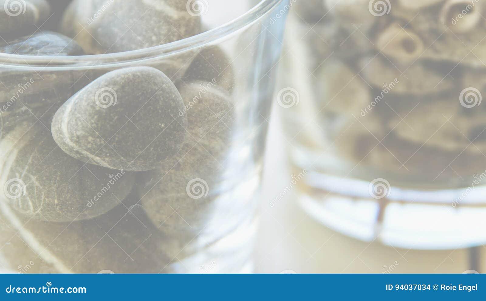 Milchig suchen Sie nach Glas mit Felsen und Muscheln