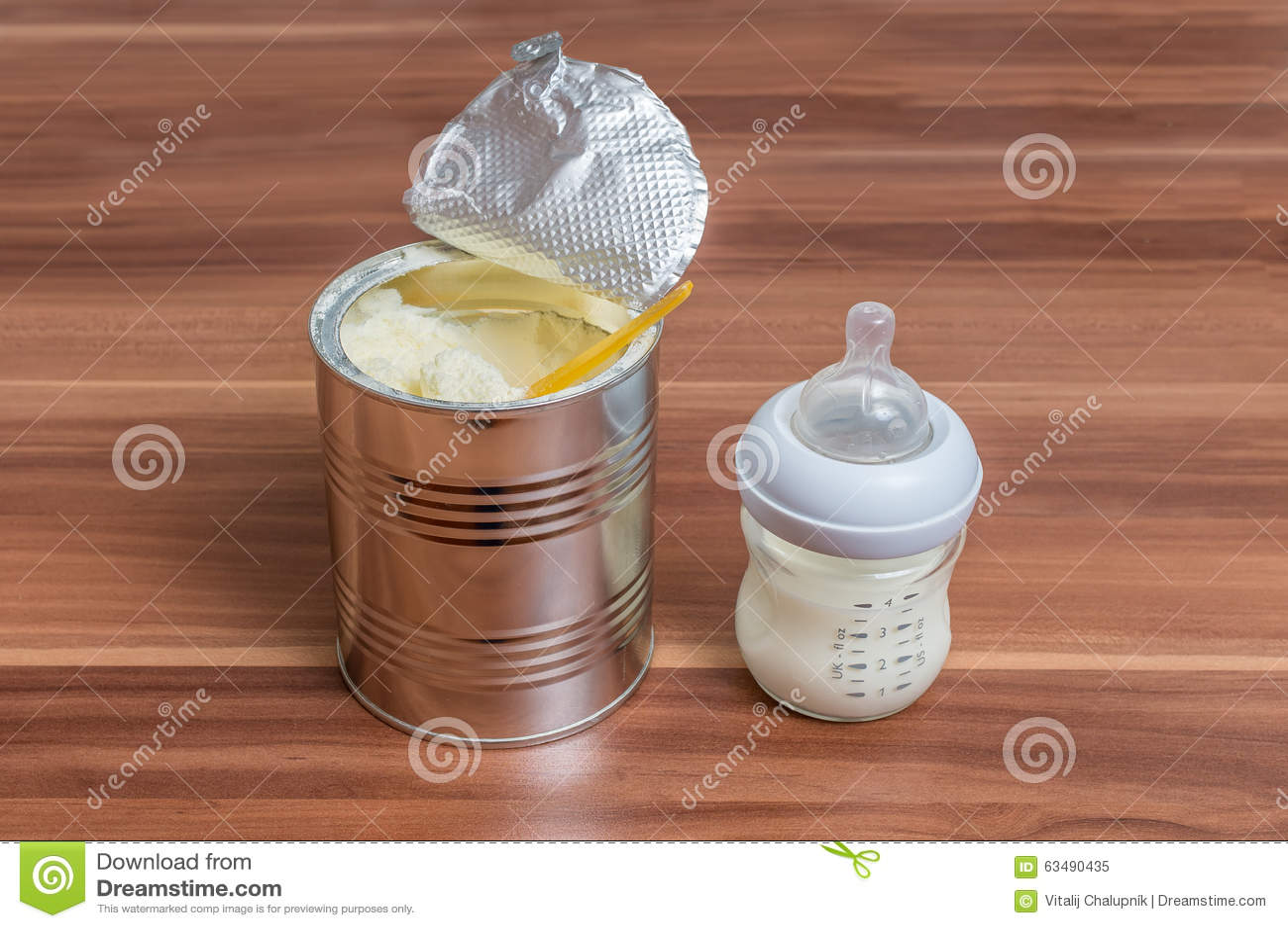 Milchpulverformel kann herein und Flasche für Fütterungsbaby auf Holztisch