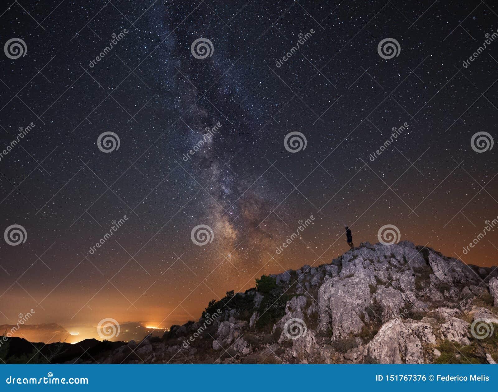 Milchstraße über einem Berg in Italien