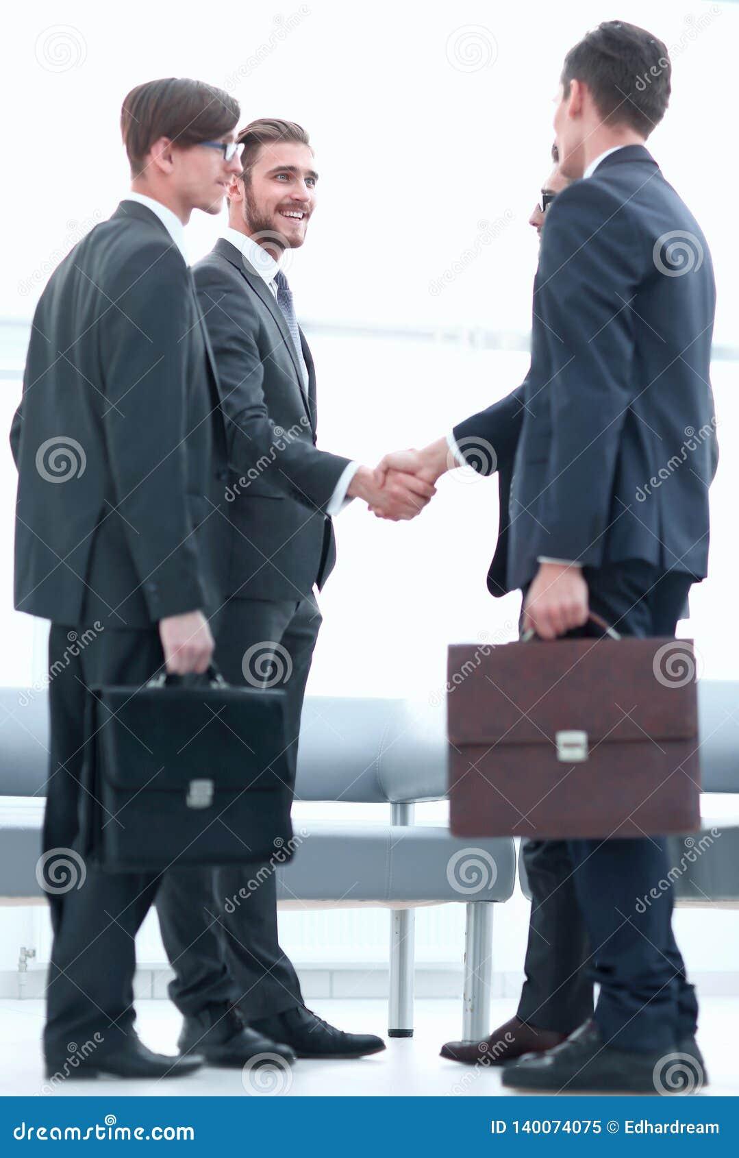 Mile widziany uścisk dłoni partnery biznesowi