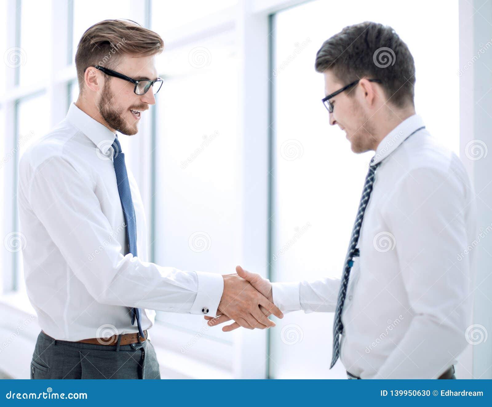 Mile widziany uścisk dłoni personel w biurze