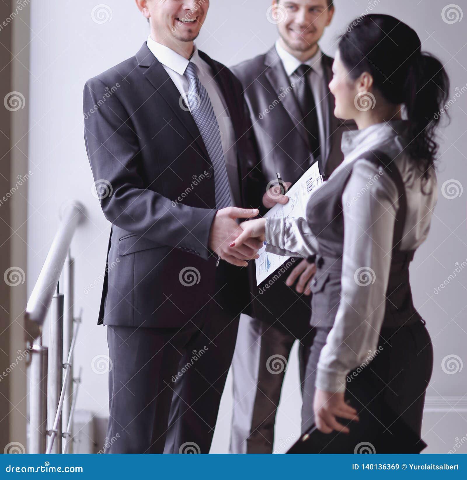 Mile widziany uścisku dłoni kierownik, klient i pojęcie współpraca