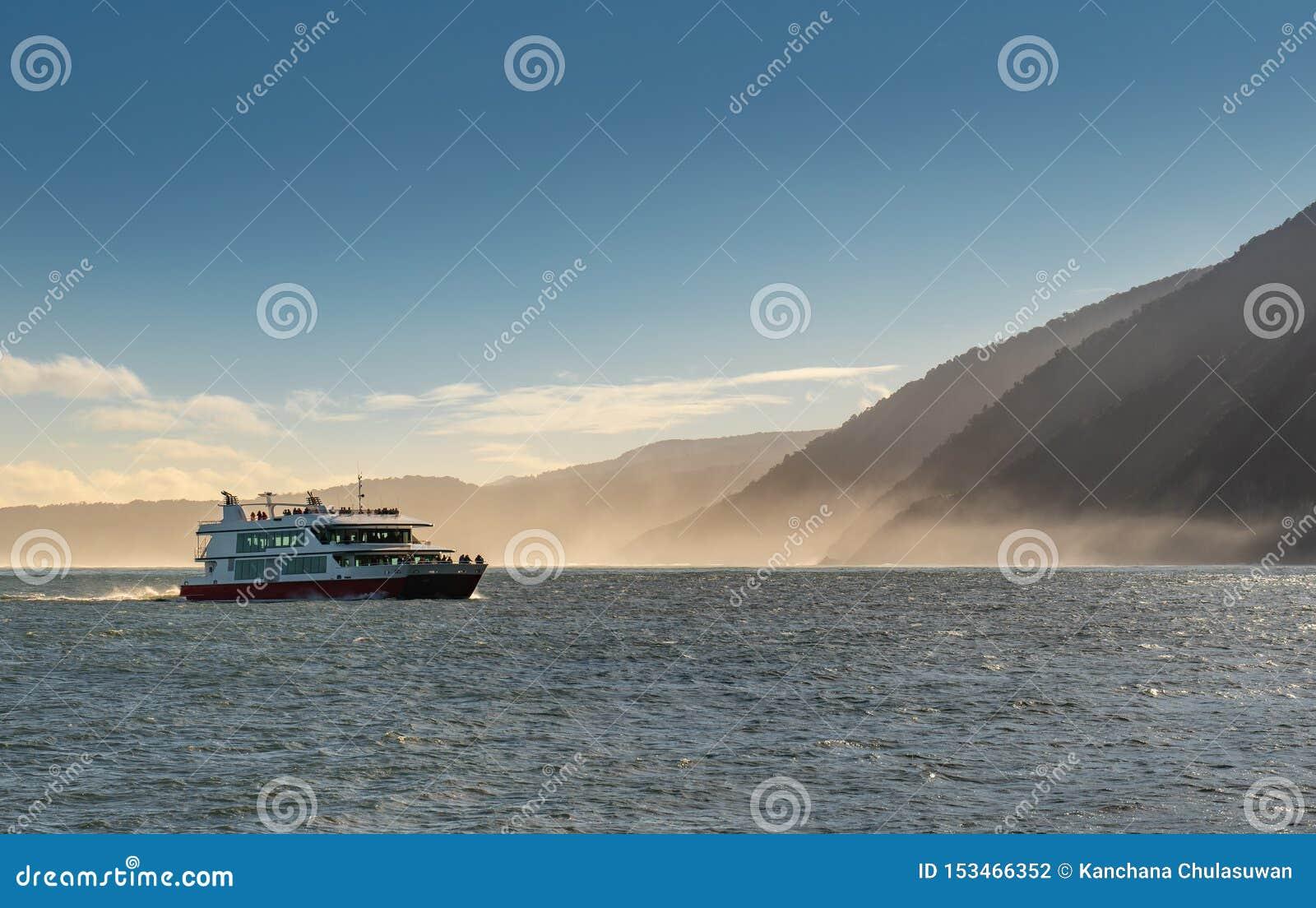 Milford Sound com o parque nacional de Fiordland do navio de cruzeiros