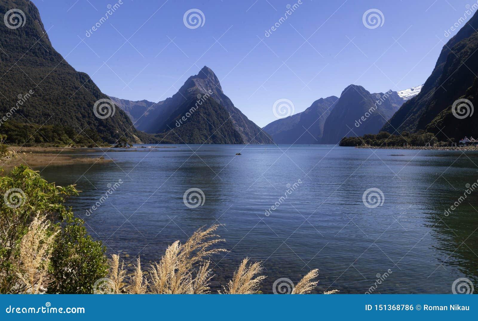 Milfordgeluid, Nieuw Zeeland - bewerk Piek in verstek is het iconische oriëntatiepunt van Milford-Geluid in het Nationale Park va