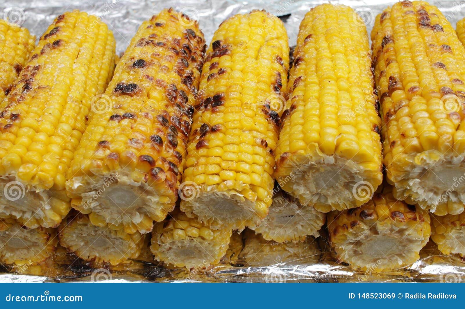 Milho Roasted Milho furado delicioso Espigas barbequed amarelas doces Grade e conceito do ver?o Comer saud?vel
